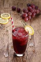 Sommergetränk mit roten Trauben foto