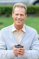 gutaussehender Mann, der Kaffee trinkt foto