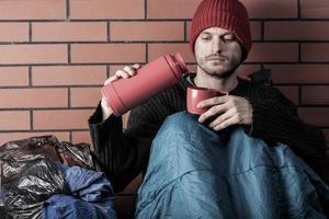 Obdachlose trinken heißen Tee