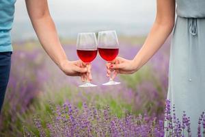 junges Paar trinkt Wein foto