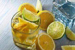 mit Zitrone und Eis trinken