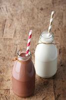 frische Milch mit Trinkhalm foto