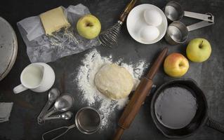 frischer Teig mit Zutaten zum Backen von Apfelkuchen foto