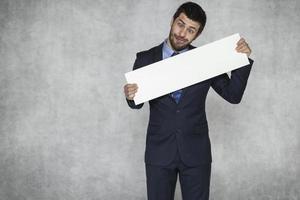lustiger Geschäftsmann mit einem Stück Papier foto