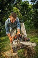 Mann, der Baumstamm sägt