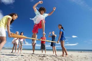 Jugendliche, die Spaß am Strand haben foto