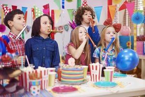 großer Lärm auf der Geburtstagsfeier des Kindes foto