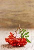 Eberesche oder Erdbeere auf einem Holzbrett