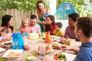 Gruppe von Familien, die zu Hause den Geburtstag des Kindes feiern