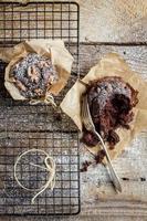 Verkostung von Schokoladenmuffins mit Nüssen foto