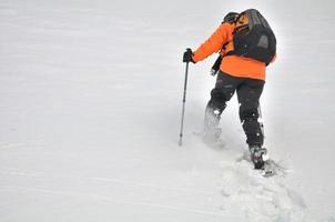 im Schnee spazieren gehen foto