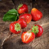 frische reife Erdbeere. Gruppe von Beeren foto