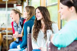 Gruppe von Menschen pendeln in Straßenbahn oder Seilbahn foto