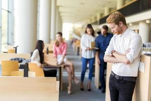 Gruppe junger Menschen, die sich in einer Bibliothek weiterbilden