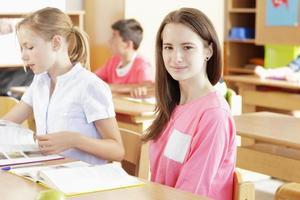 Schüler, die im Klassenzimmer arbeiten foto
