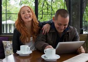 zwei Studenten trinken Kaffee foto
