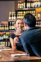 asiatisches Paar, das Rotwein trinkt foto