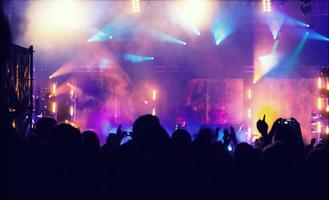 jubelnde Menge vor Bühnenlichtern - Retro-Foto foto