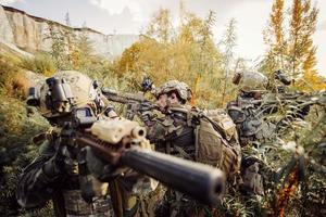 Soldaten, die auf ein Ziel von Waffen abzielen foto