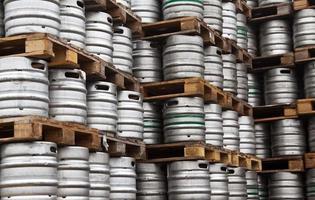 Fässer Bier in regelmäßigen Reihen