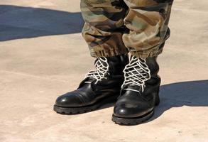 Füße eines getarnten Soldaten foto