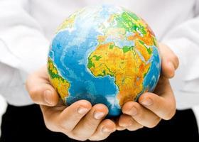 der Globus in Kinderhänden foto