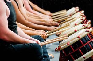 Hände, Trommelstöcke und Trommeln foto