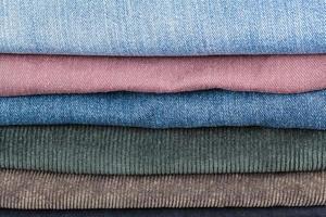 Stapel verschiedener Jeans aus der Nähe foto