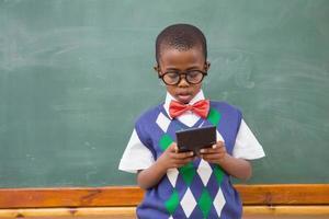niedlicher Schüler mit Taschenrechner foto