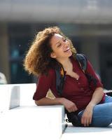 Studentin draußen sitzen foto