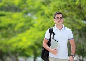 Student, der im Park vorbeigeht foto