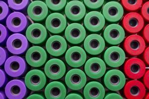 mikrobiologische Pipette in der genetischen Laborfarbe foto
