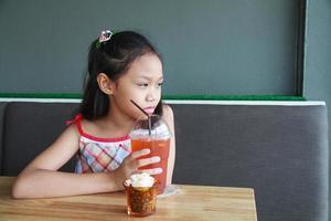 Mädchen trinken foto