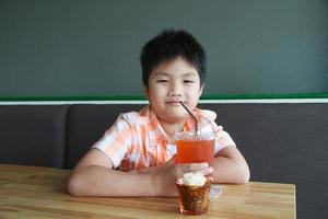 Junge trinken foto