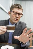 Geschäftsmann, der Kaffee trinkt foto