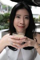 attrative Frau, die Getränk trinkt
