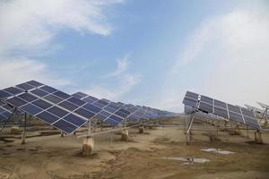 Kraftwerk mit erneuerbarer Sonnenenergie und Sonne foto
