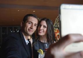 verliebtes Paar trinkt Cocktails foto