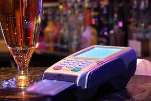 Getränk mit Kreditkarte bezahlen foto