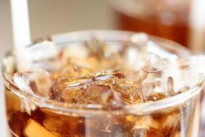 Eis Cola Getränke in Glas. foto