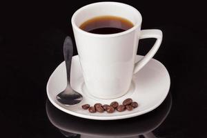 heißes Getränk in weißer Tasse foto