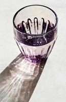 facettiertes Glas mit Trinkwasser foto