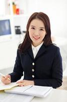 Yong hübsche asiatische Studentin studiert foto
