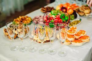 Tisch mit Essen und Trinken foto