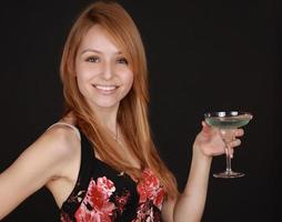 Mädchen hält einen Cocktail Drink foto
