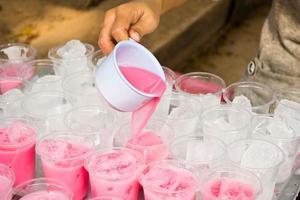 alkoholfreie Getränke in Plastikbechern foto