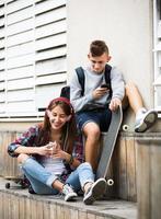 Teenager und seine Freundin mit Smartphones