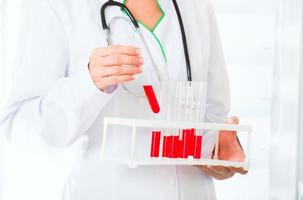 Arzthände mit Reagenzgläsern