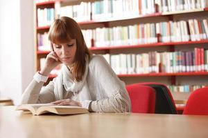 junger Student in einer Bibliothek