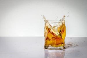 Orangensaftgetränk mit Limette foto